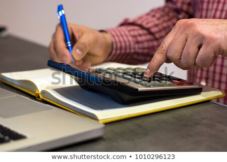 Férfi üzlet jegyzettömb nyitva pénztárgép tabletta Stock fotó © ozgur