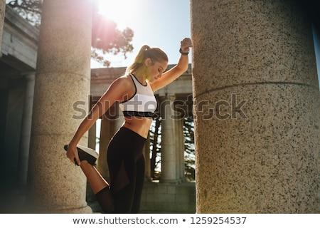 若い女性 · ストレッチング · 実行 · 屋外 · 歩道 · 垂直 - ストックフォト © sumners