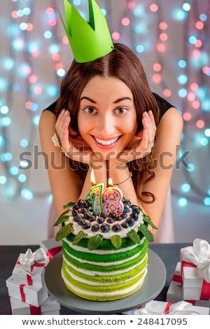 Belo feliz aniversário bolo mascarpone decorado framboesa Foto stock © dashapetrenko