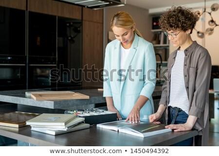 Jeunes client modèle couleur pièce Photo stock © pressmaster