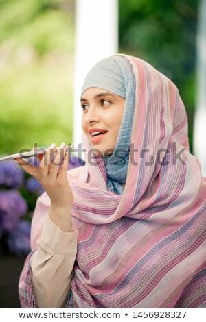jonge · vrouwelijke · hijab · stem · bericht · smartphone - stockfoto © pressmaster