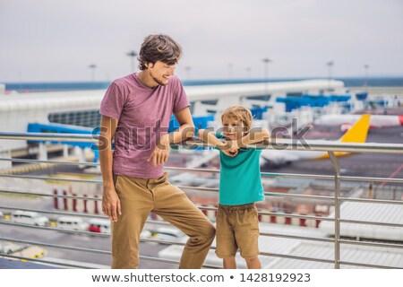 Família aeroporto vôo pai filho espera Foto stock © galitskaya