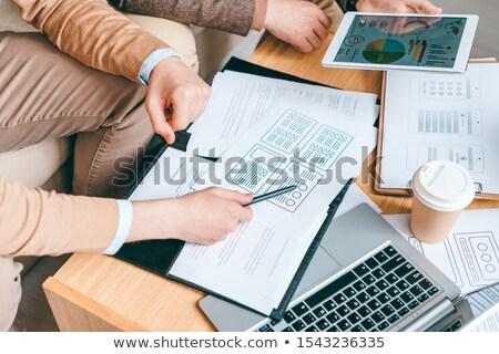 Jovem software programa revelador caneta indicação Foto stock © pressmaster