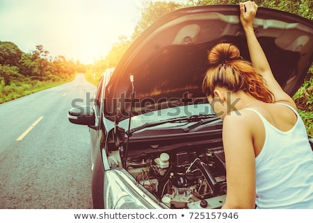 Jonge vrouw kapotte auto zakenvrouw naar motor business Stockfoto © Aikon