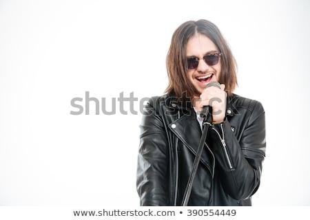 Foto stock: Excitado · brutal · jóvenes · cantante · gafas · de · sol · cantando