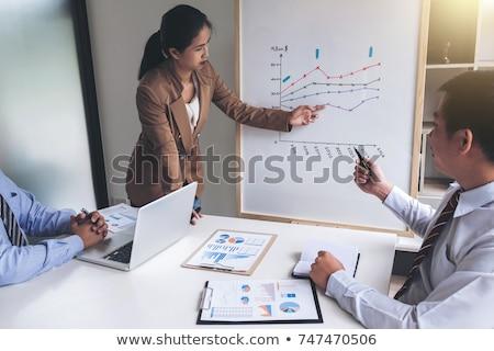 деловой · женщины · лидера · презентация · коллеги · указывая - Сток-фото © Freedomz