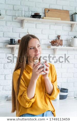 笑顔の女性 · カップ · 茶 · キッチン · モデル - ストックフォト © wavebreak_media