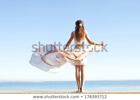 jovem · mulher · ver · de · volta · moda · mãos · cabelo - foto stock © feedough