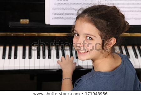retrato · sonriendo · femenino · músico · jugando · piano - foto stock © wavebreak_media