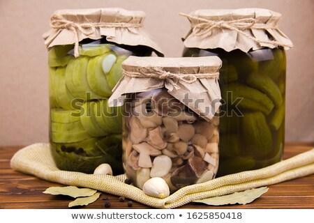 Foto stock: Abobrinha · pepinos · folhas · alho · papel