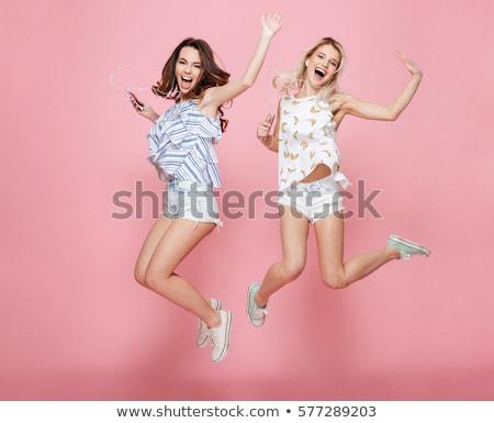 Stock fotó: Fiatal · nő · tart · mp3 · lejátszó · fülhallgató · fehér · nő