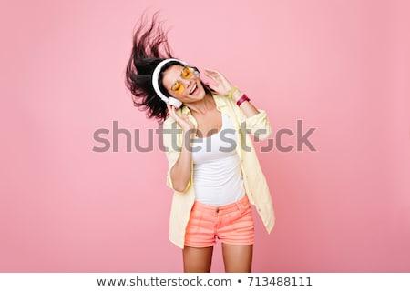 piękna · brunetka · słuchanie · muzyki · ciepły · uśmiech · pary - zdjęcia stock © stryjek