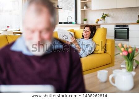 Gyengéd nő megnyugtató zenét hallgat tabletta csinos Stock fotó © deandrobot