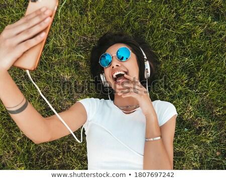 Stok fotoğraf: üst · görmek · güzel · genç · kadın · kulaklık