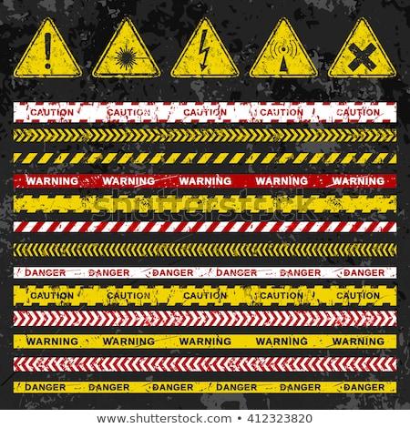 hámozott · figyelmeztető · jel · rozsdás · fém · felület · viharvert · feketefehér - stock fotó © 5xinc