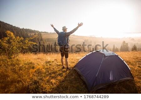 Touristischen Wanderer inspirierend Landschaft schauen Stock foto © blasbike