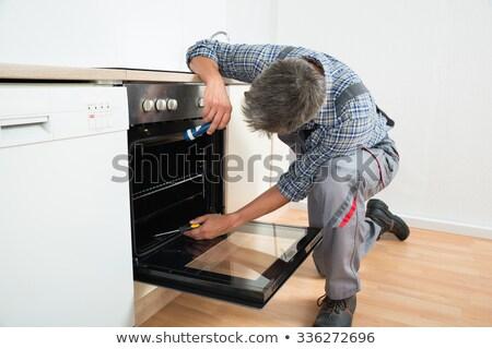 技術者 調べる オーブン キッチン 側面図 女性 ストックフォト © AndreyPopov