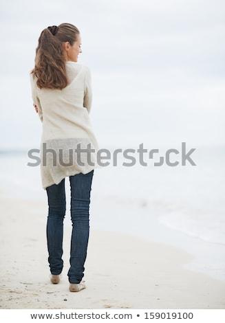 Vue arrière jeunes femme marche sable Photo stock © wavebreak_media