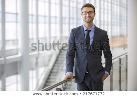 Uomo d'affari posa attrattivo giovani buio business Foto d'archivio © feedough
