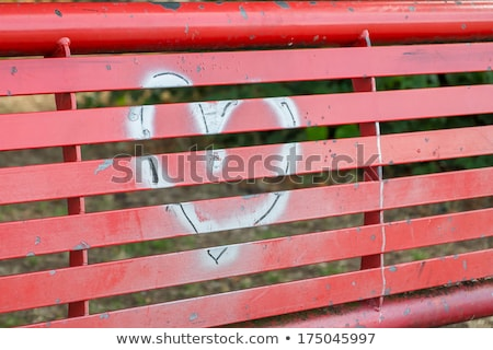 Prata coração pintado vermelho banco grafite Foto stock © lucielang
