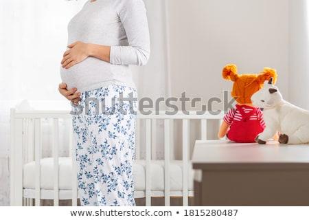 Jonge zwangere vrouw wieg kamer mooie vrouw Stockfoto © boggy