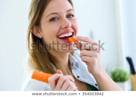 mulher · cenoura · jovem · legumes · sozinho · juventude - foto stock © phbcz