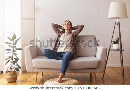 rilassante · giovani · casuale · donna · seduta · giù - foto d'archivio © feedough