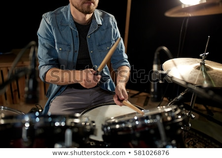 Férfi zenész játszik dob készlet koncert Stock fotó © dolgachov