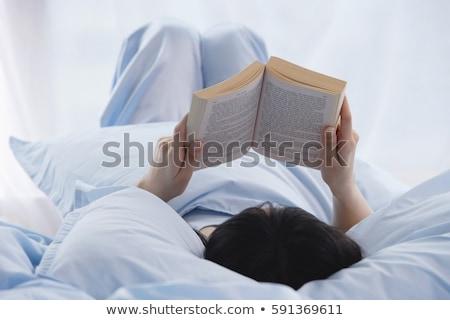 jovem · feminino · leitura · livro · sofá - foto stock © artfotodima