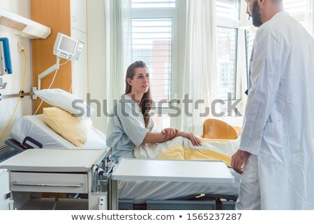 Paciente espera cama de hospital médico ver mulher Foto stock © Kzenon