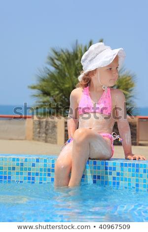 Bastante little girl creme queimadura de sol pé água Foto stock © Paha_L