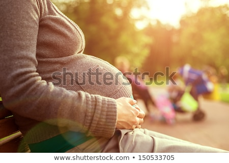 Zwangere vrouw buitenshuis park portret gelukkig jonge Stockfoto © artfotodima