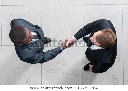 vrienden · twee · mensen · handen · schudden · vriendelijk · vergadering · woord - stockfoto © zurijeta