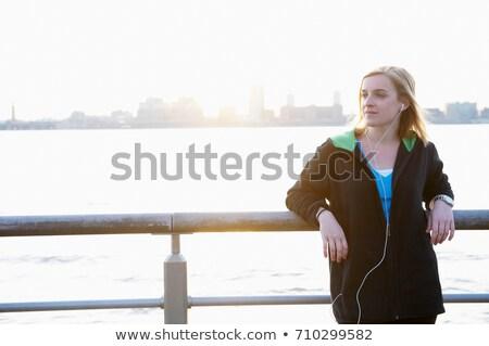 Mulher cerca ipod viajar diversão Foto stock © IS2
