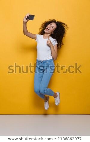 Foto maravilhado mulher 20s cabelos cacheados Foto stock © deandrobot