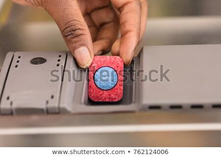 Stok fotoğraf: Insan · eli · sabun · tablet · bulaşık · makinesi · kutu · kırmızı