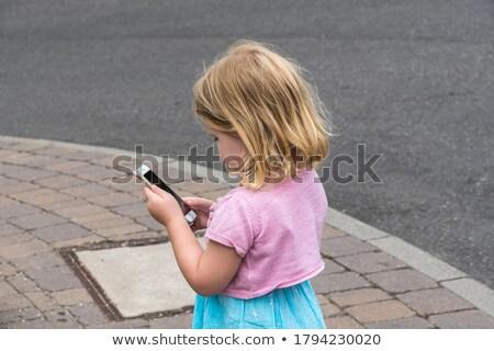 Mani femminile smartphone foto felice Foto d'archivio © pressmaster
