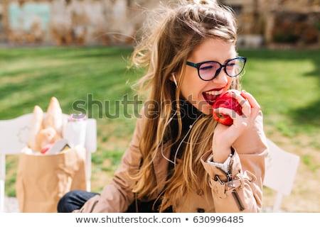 Nina comer manzana apetito manzana roja alimentos Foto stock © Pilgrimego