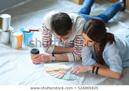 Man kiezen verf kleur twijfelachtig asian Stockfoto © RAStudio