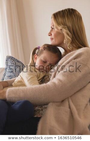 Vue de côté souriant mère dormir fille Photo stock © wavebreak_media