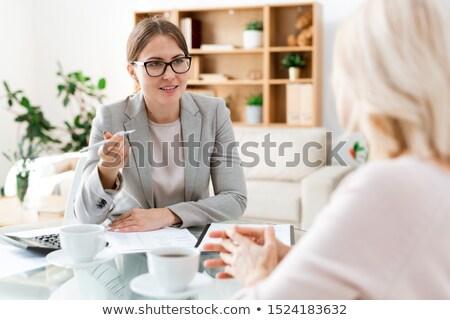 Jovem auditor caneta sessão cliente consultor Foto stock © pressmaster