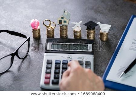 Mann Ausgaben gestapelt Münzen Schreibtisch Geld Stock foto © AndreyPopov