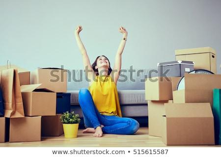 Jongeren bewegende home vrienden karton nieuwe Stockfoto © photography33