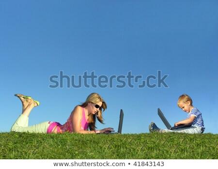 Stock fotó: Gyermek · notebook · ül · kék · ég · üzlet · technológia