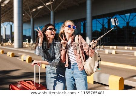 Asiático viajante vitória gesto jovem Foto stock © RAStudio