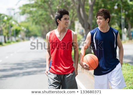 Glimlachend jonge man basketbal sport recreatie mensen Stockfoto © dolgachov