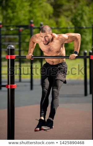 Topless muscular homem exercer bar Foto stock © stryjek