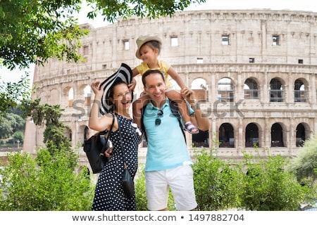 Jóvenes familia pie coliseo turísticos Roma Foto stock © AndreyPopov