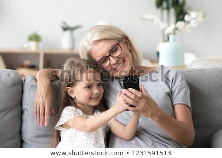 Grootmoeder kleindochter smartphone familie generatie technologie Stockfoto © dolgachov