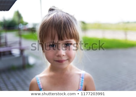 Smutne samotny dziewczynka patrząc kamery zamyślony Zdjęcia stock © kenishirotie